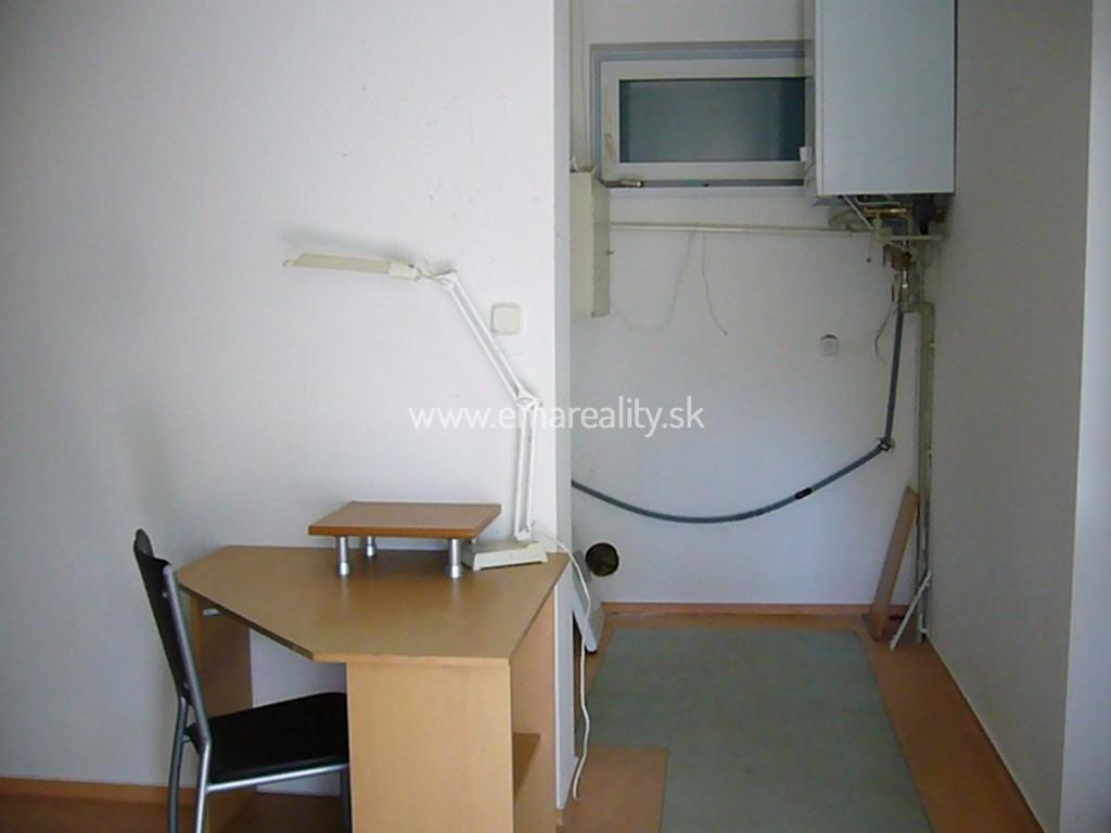 Priestor na podnikanie s 3 izbovým bytom na prenájom