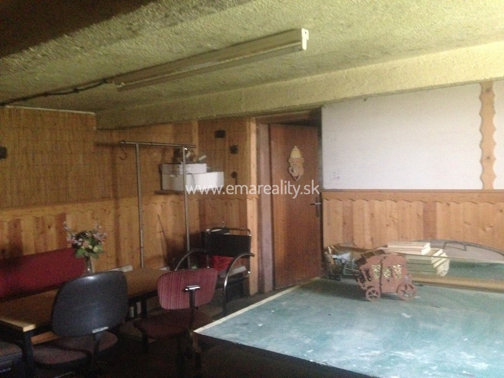 Šterusy-dom s nadstavbou, kurtami, jazierkom, altánkom