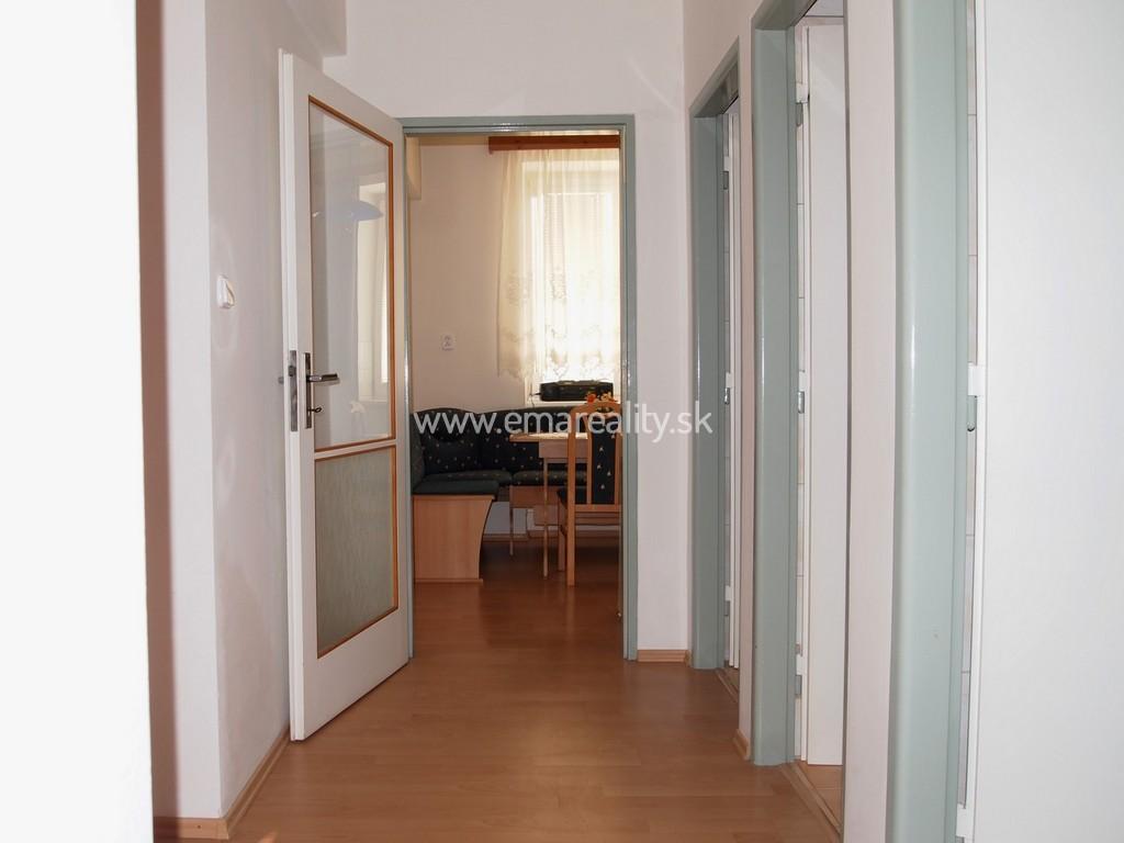 2 izb. byt v centre, balkón, loogia