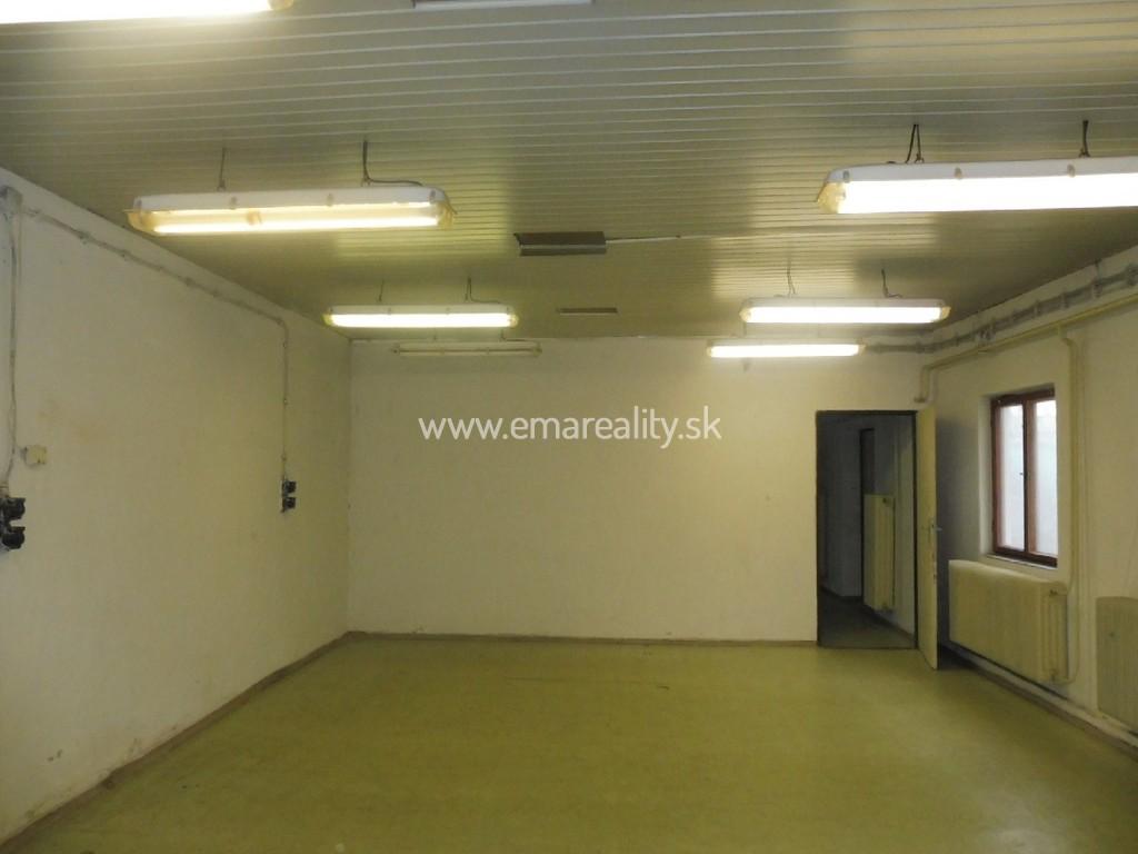 Prevádzkový priestor s dvorom a 2 kanceláriami