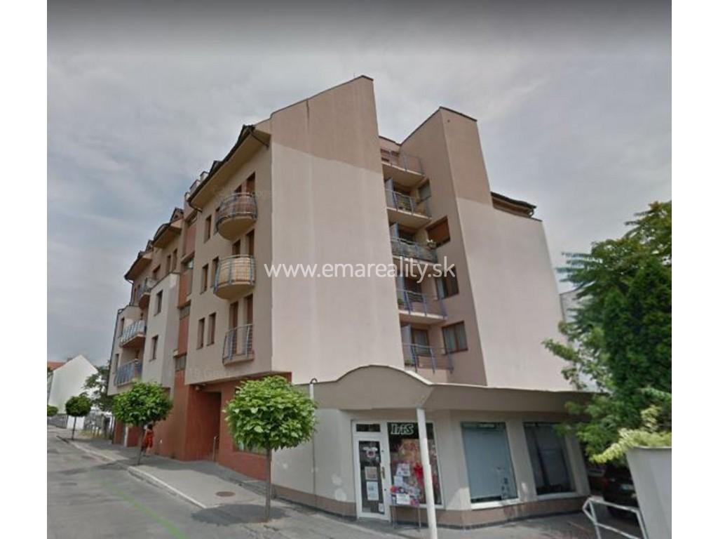 V centre Piešťan 3 izb. byt, 2x loggia, internet, garáž