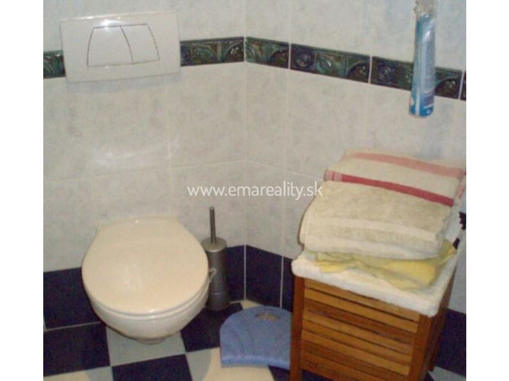 Bungalov s 3 kúpeľňami, 4 WC, 3x garáž, bazén